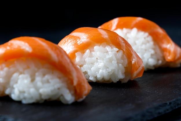 Sushi gourmet servido em prato de ardósia preta