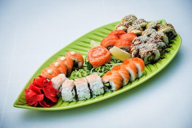 Sushi grande conjunto no prato verde.