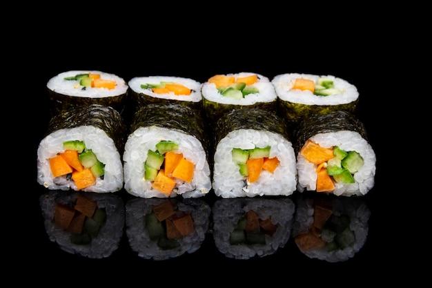 Sushi hosomaki com legumes