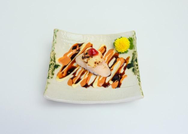 Sushi hotate defumado com molho de cereja e maionese