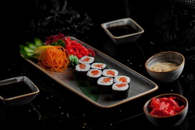 Sushi japonês com caviar de salmão