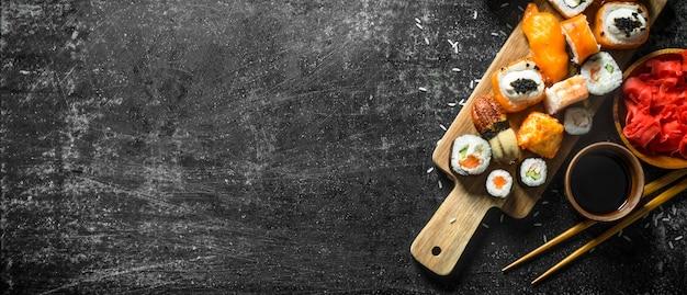 Sushi japonês de frutos do mar na tábua. em rústico escuro