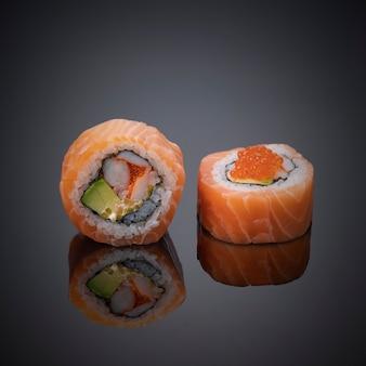 Sushi japonês em fundo cinza-escuro