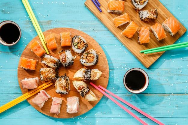 Sushi japonês em tábuas de madeira