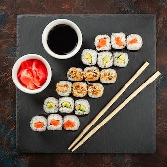 Sushi japonês em um fundo escuro rústico.