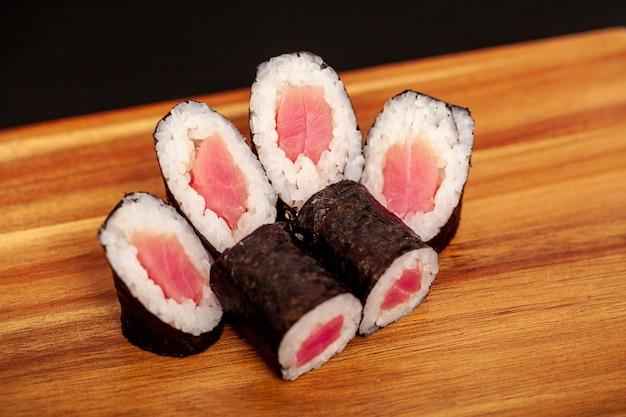 Sushi japonês maki rola no escuro