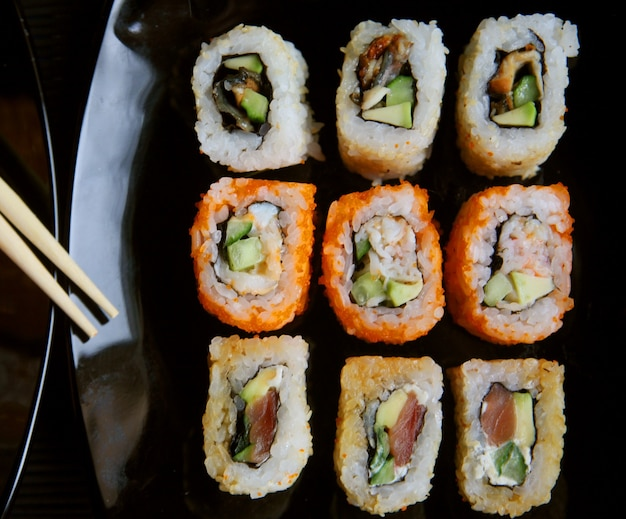 Sushi japonês na placa preta