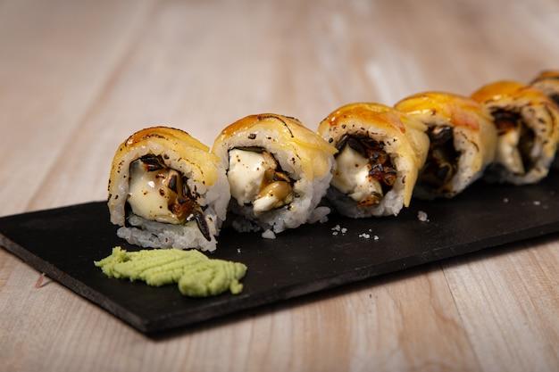 Sushi japonês, queijo de cabra urimaki e maçã. imagem isolada