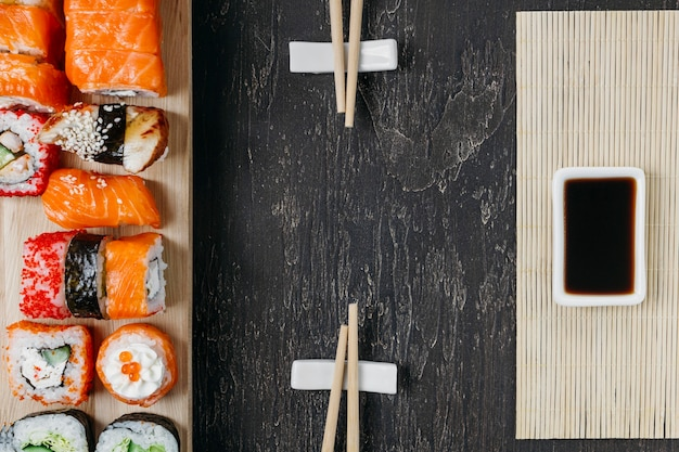 Sushi japonês tradicional plano com espaço de cópia