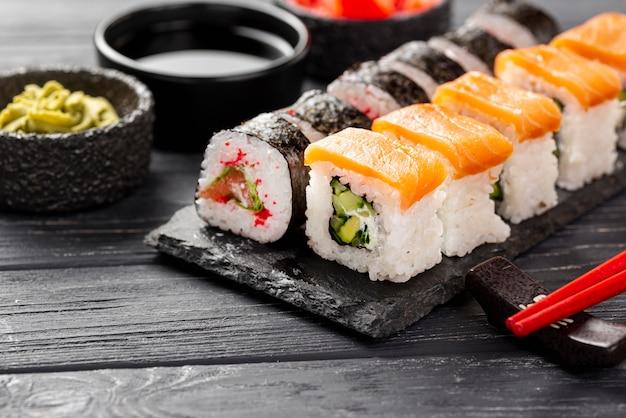 Sushi maki de close-up na ardósia