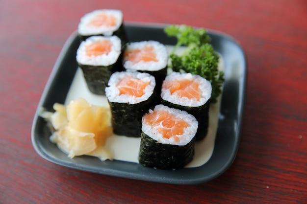 Sushi maki de salmão