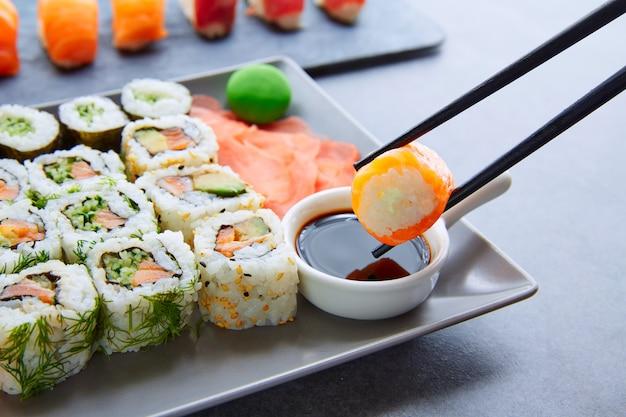 Sushi maki e molho de soja niguiri e wasabi