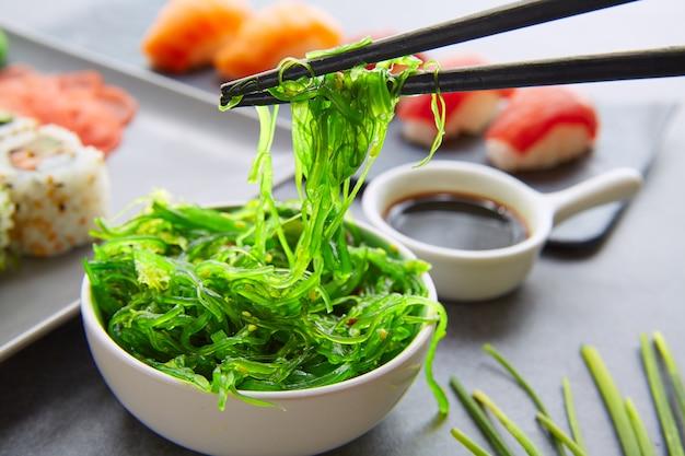 Sushi maki e niguiri molho de soja california roll