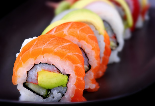 Sushi maki ou rolo de sushi americano