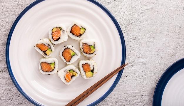 Sushi maki plana leigos com pauzinhos
