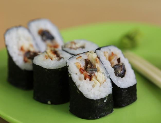 Sushi maki vegetariano - rolo feito de tomate, pepino, pimentão, folha de salada