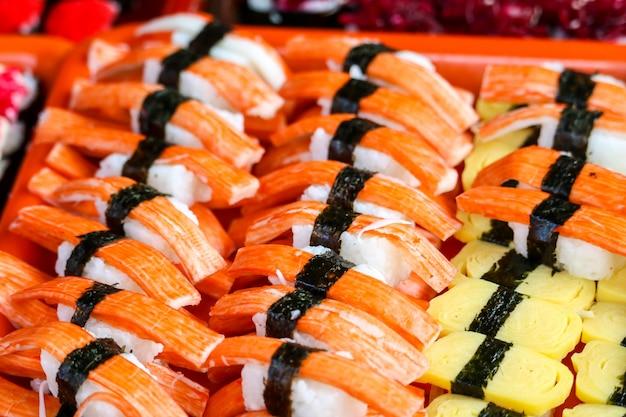 Sushi marisco e camarão e frutos do mar e wakame ovo doce na comida de rua