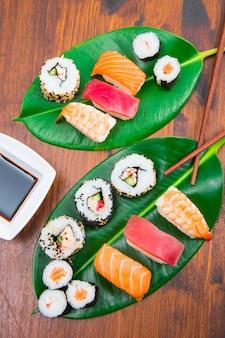 Sushi misto na folha verde