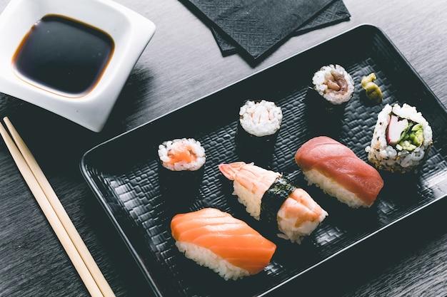 Sushi na mesa de madeira. elegante restaurante japonês. estilo retrô
