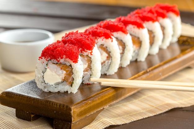 Sushi na mesa de madeira