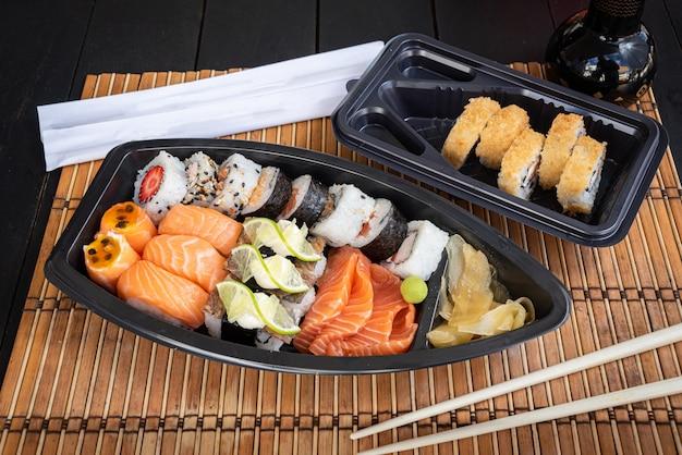 Sushi no prato na mesa preta