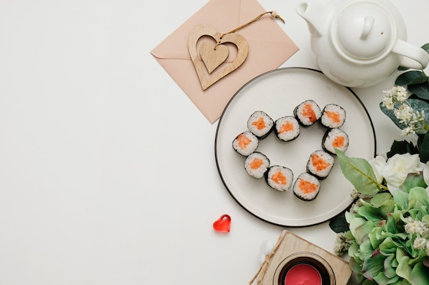 Sushi para dia dos namorados - role em forma de coração, no prato. configuração plana