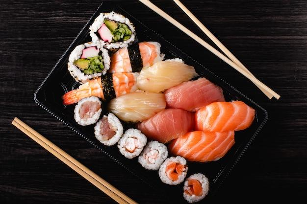 Sushi para ir conceito. caixa para viagem com sushi