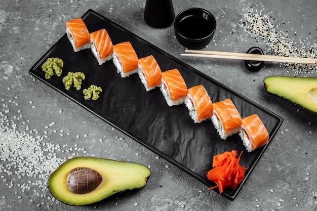 Sushi philadelphia em um prato decorativo de pedra