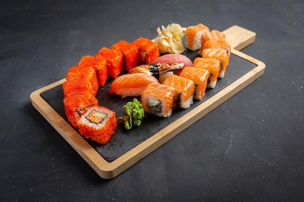 Sushi philadelphia rola e califórnia rola foto de comida para o menu. combo definido no escuro