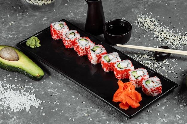 Sushi roll california com camarão, abacate e queijo. sushi japonês tradicional.