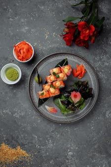 Sushi roll com salmão, atum, abacate, camarão real, cream cheese, philadelphia, caviar, tobica chuka, sushi