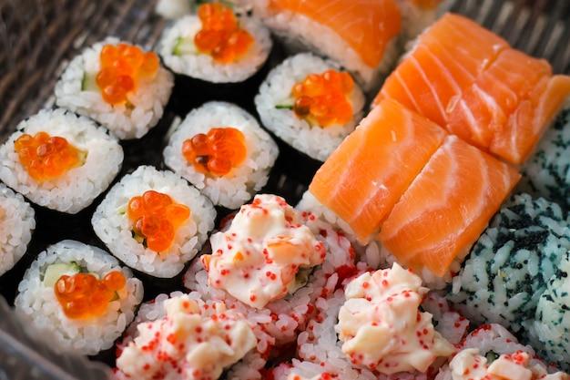 Sushi roll com salmão e caviar peixe
