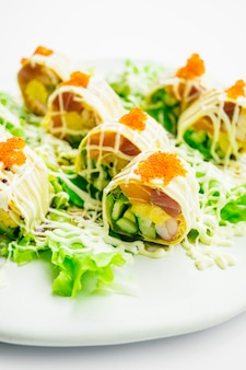 Sushi roll com salmão e ovo doce no interior