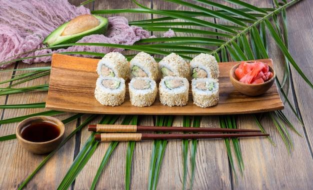 Sushi roll conjunto com atum