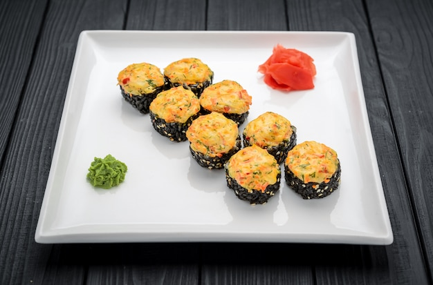 Sushi roll de salmão fresco, abacate e cream cheese com arroz preto