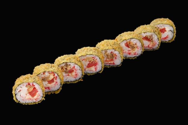 Sushi roll de salmão frito, caranguejo da neve, queijo mussarela, tomate, caviar tobiko, molho de pimenta. isolado