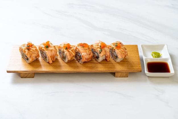 Sushi roll de salmão grelhado com molho - comida japonesa
