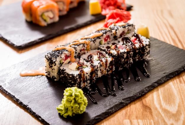 Sushi roll dragão verde com abacate, ell, wasabi e gengibre. restaurante.