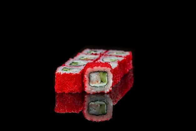 Sushi roll em um fundo preto refletindo comida japonesa close up