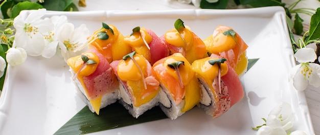 Sushi roll filadélfia com salmão defumado enguia e abacate cream cheese em fundo preto menu de sushi comida japonesa foto de alta qualidade