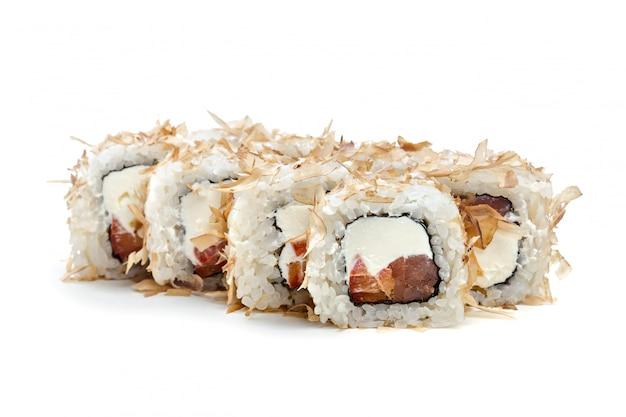 Sushi roll isolado no branco