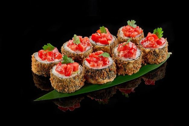 Sushi roll quente com creme de salmão, queijo cremoso, pão ralado, tomate