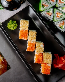 Sushi rolls califórnia filadélfia gengibre wasabi vista superior