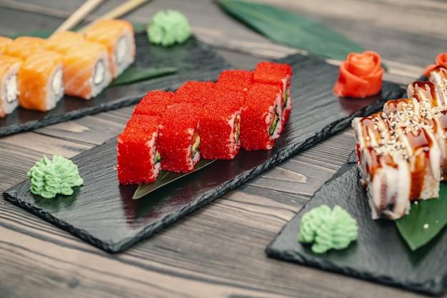 Sushi servido em um prato de ardósia em um restaurante
