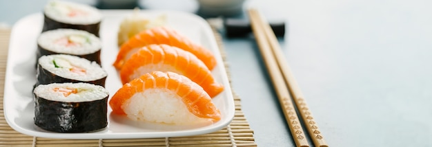Sushi servido no prato na mesa azul