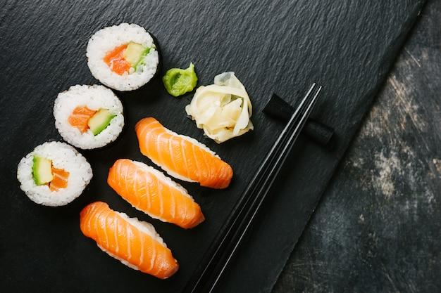 Sushi servido no prato na mesa escura