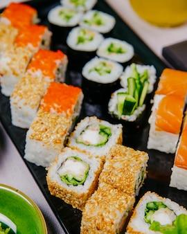 Sushi set kappa maki filadélfia caranguejo maki califórnia vista lateral