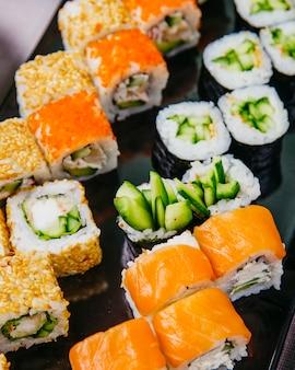 Sushi set kappa maki filadélfia caranguejo maki vista lateral