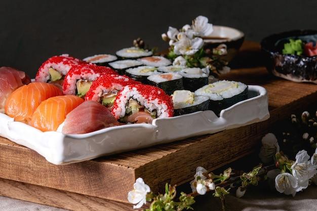 Sushi set nigiri e rolos de sushi