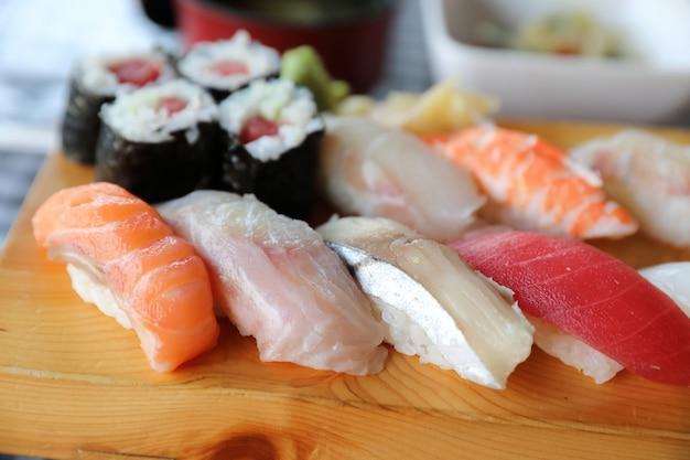 Sushi set nigiri e sushi maki com chá servido em madeira e sopa, comida japonesa